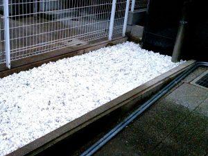 東淀川区の伐根後の防草シート施工後の砂利敷き