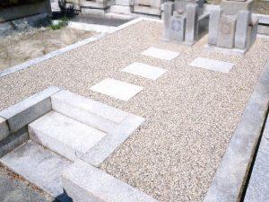 豊中市での草引き後、防草シート施工後の砂利敷き